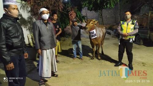 Polres Pamekasan saat menyerahkan hewan kurban di salah satu pondok pesantren di Pamekasan.