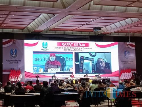 Prof Tjandra Yoga Aditama salah satu direktur di WHO saat video conference dengan Gubernur Jatim Khofifah Indar Parawansa