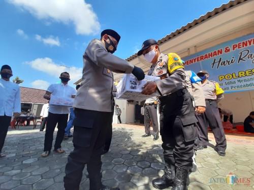 Kapolresta Kediri AKBP Miko Indrayana memberikan daging kurban kepada Bhabinkamtibmas untuk dibagikan ke warga.(eko arif s/Jatimtimes)