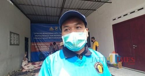 Drh. Ahmad Fauzi dari Fakultas Kedokteran Hewan UB  yang memeriksa hewan kurban di Polresta Malang Kota (Anggara Sudiongko/MalangTIMES)