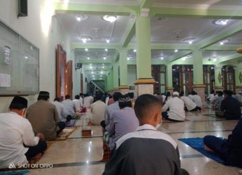 Tetap Gelar Salat Idul Adha, Jemaah Masjid Agung Baitul Hakim Madiun Jaga Jarak Aman