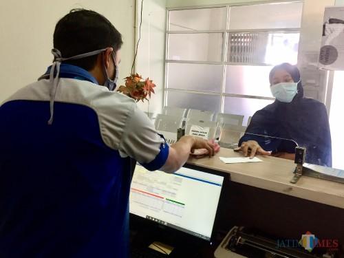 Salah satu konsumen saat melakukan pembayaran di kasir kantor FIFGROUP Kota Batu. (Foto: Irsya Richa/MalangTIMES)