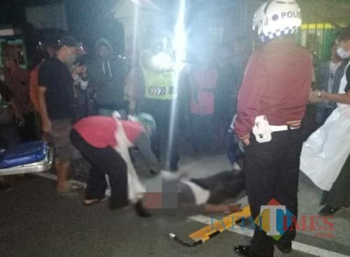 Pengendara Sepeda Motor Yang Tewas Di evakuasi petugas di Ngantru / Foto : Dokpol / Tulungagung TIMES