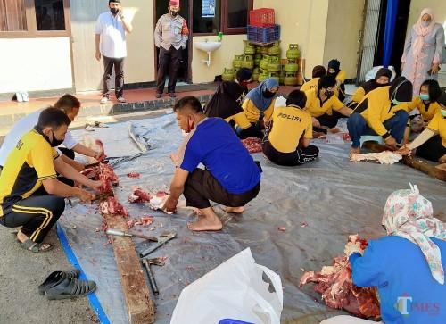Daging hewan kurban yang disembelih di Polresta Malang Kota tengah dipotongi untuk dibagikan kepada masyarakat (Anggara Sudiongko/MalangTIMES)