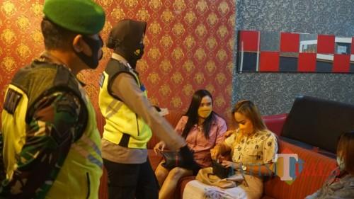 Mabuk dan Tak Pakai Masker, KTP Pengunjung Karaoke Disita Petugas