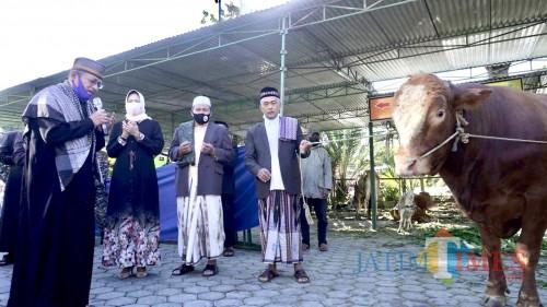 Wali Kota Batu Dewanti Rumpoko saat menyerahkan hewan kurban di Masjid An-Nur, Jumat (31/7/2020).