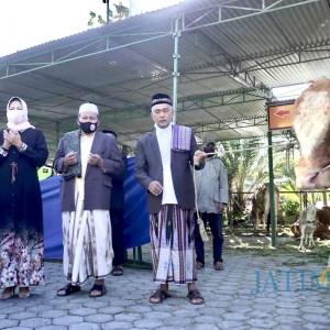 Berbagi Kebahagiaan, Wali Kota Dewanti Kurban Dua Sapi di Dua Masjid