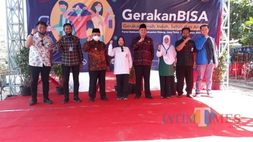 Anggota komisi X DPR RI Lathifah Shohib (empat dari kiri) beserta jajaran Forkopimda Kabupaten Malang saat meresmikan agenda GerakanBISA.