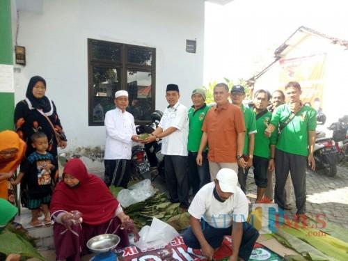 Penyerahan daging kurban oleh Ketua DPC PPP Lumajang  H. Akhmat ST (Foto : Moch. R. Abdul Fatah / Jatim TIMES)