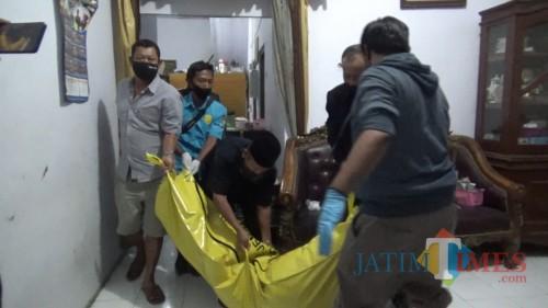 Proses evakuasi mayat Sri Istuning Ati (48) setelah dibunuh suaminya sendiri, Safa'at (49). (Foto : Adi Rosul / JombangTIMES)
