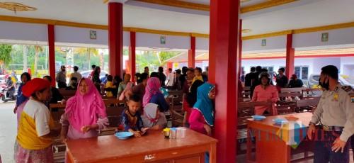 4 Warga Diduga Suspect Covid-19 Dibawa Tim Medis, Ratusan Warga Geruduk Balai Desa