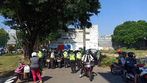 Petugas kepolisian yang tengah melakukan razia kendaraan dalam rangka Operasi Patuh Semeru 2020 (ist)
