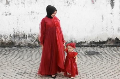 Gaya busana fashionable dan kompaknya penampilan hijabers Wilda Uliarosa bersama sang anak. (Foto: instagram @wilda_uliarosa).