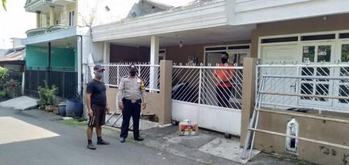Penyerahan bantuan sosial kepada warga yang melakukan isolasi mandiri di Kelurahan Buring. (Istimewa).