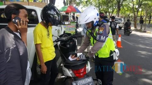 Petugas Kepolisian Lalu Lintas Polres Pamekasan saat menindak pengendara yang melanggar lalu lintas