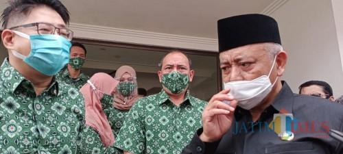 Bupati Malang, HM Sanusi (baju hitam) saat mengunjungi salah satu perusahaan rokok di Kabupaten Malang
