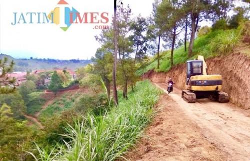 Jalan tembus paralayang di Kelurahan Songgokerto, Kecamatan Batu. (Foto: Irsya Richa/MalangTIMES)