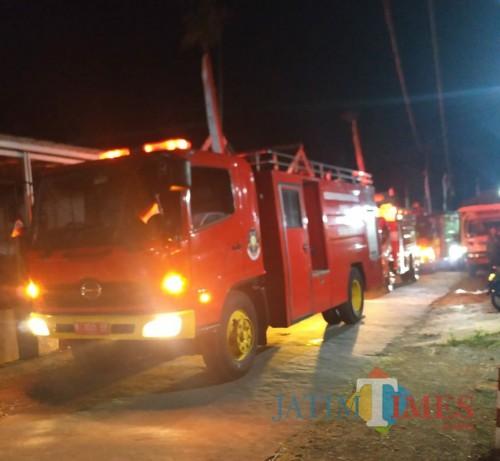 Kandang Terbakar, Empat Unit Mobil Pemadam Kebakaran Dikerahkan