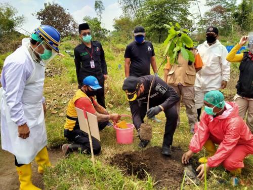 Wakil Walikota Malang Sofyan Edy Jarwoko saat melakukan penanaman pohon kenangan pertama di TPU Sukorejo bersama Kasat Intel, Kepala UPT PPU dan unsur instansi lain (Anggara Sudiongko/MalangTIMES)