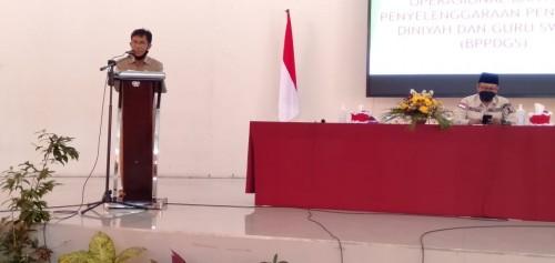 (dari kiri) Sekretaris Disdikbud Kota Malang Totok Kasianto saat memberikan laporan dan Wali Kota Malang Sutiaji (duduk). (Foto: Ima/MalangTIMES)