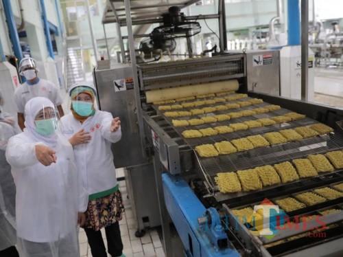 Gubernur Jatim Khofifah Indar Parawansa ketika mengunjungi pabrik Indofood