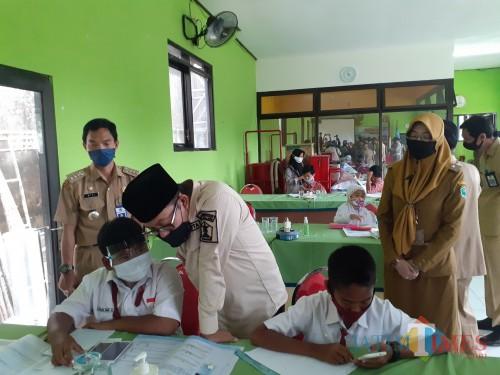 Wali Kota Malang Sutiaji (berkopyah) meninjau aktivitas siswa sekolah saat belajar daring di Kelurahan Bandulan, Kecamatan Sukun Kota Malang. (Arifina Cahyanti Firdausi/MalangTIMES).