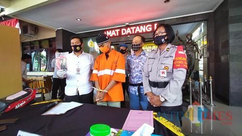 Pelaku (berbaju orange) terlihat tertunduk malu saat dirilis di Polresta Malang Kota (Anggara Sudiongko/MalangTIMES)