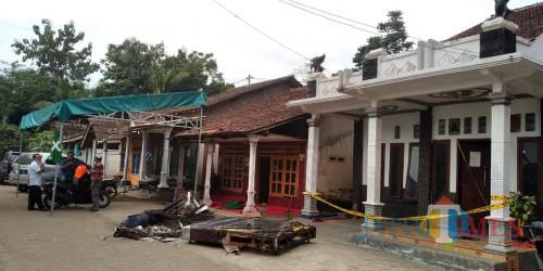 Polisi memasang garis polisi di rumah korban untuk melakukan penyelidikan terhadap kematian Nurhasiti (foto: M Setyo W/ JatimTIMES)