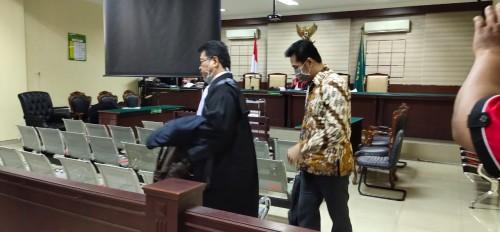 Supriyono (baju coklat) saat meninggalkan ruang sidang setelah vonis (ist)