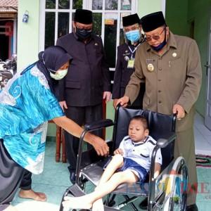 Door to Door, Wali Kota Santoso Serahkan Bansos Alat Bantu Bagi Penyandang Disabilitas