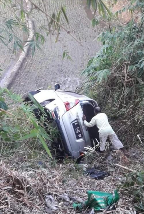 Kondisi kendaraan beserta pengemudi mobil sesaat setelah mengalami kecelakaan tunggal (Foto : Istimewa)