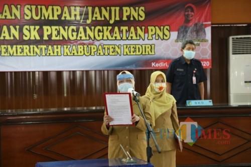 Bupati Kediri Hj Haryanti Sutrisno mengambil sumpah para CPNS. (ist)