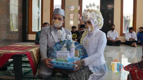 Dion dan Tyas menikah di Masjid Mapolres Blitar Kota.