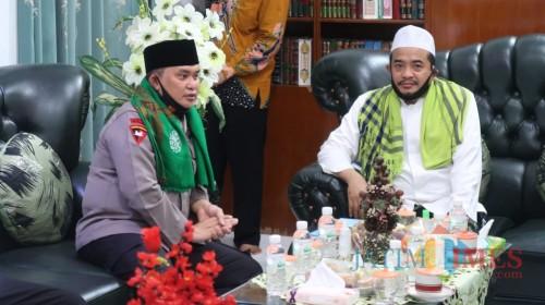 Kapolda Jatim Irjen Pol Dr Mohammad Fadil Imran saat berbincang santai bersama pengasuh ponpes Al-Amien Kiai Fauzi Tidjani (Foto: Syaiful Ramadhani/JatimTIMES)