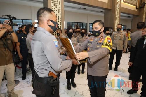 Kapolda Jatim memberikan penghargaan kepada Bripka Joko Pramusinto atas kiprahnya membina warga di Kampung Tangguh