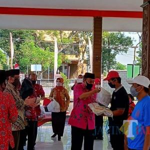 Peduli Wong Cilik, Wali Kota Santoso Bagikan Rastrada di Kecamatan Sukorejo