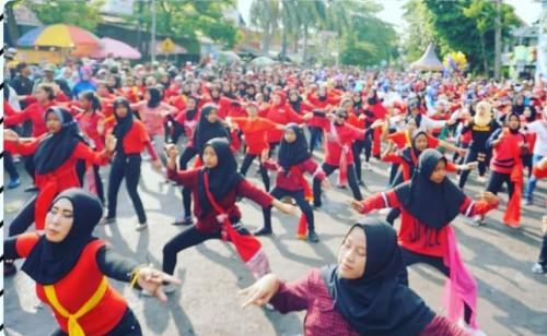 Ribuan warga Kelurahan Bunulrejo saat turut serta meramaikan Festival Menari Tari Bapang tahun 2019 lalu. (Foto: Instagram @siswantiyuke).