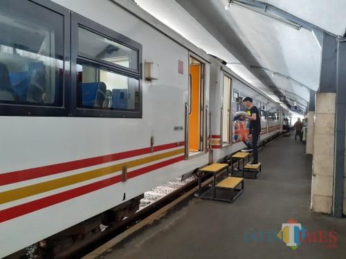 Seorang penumpang saat akan naik kereta api untuk melakukan perjalanan. (Arifina Cahyanti Firdausi/ MalangTIMES).