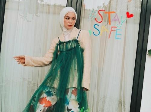 Gaya busana Tantri Namirah saat memakai dress tanpa lengan dengan hijab. (Foto: Instagram @tantrinamirah).