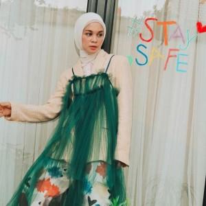 Padu Padan Dress Tanpa Lengan Buat Hijabers Ala Tantri Namirah