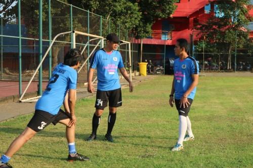Joko Susilo (bertopi) saat berbincang dengan Tommy Pranata (kanan) sebelum bermain bola bersama (istimewa)