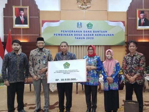Kepala Kementerian Agama (Kemenag) Kota Batu Nawawi bersama Kepala Desa Mojorejo Rujito, dan Kepala Kesbangpol Suliyanah di Grahadi Surabaya. (Foto: istimewa)