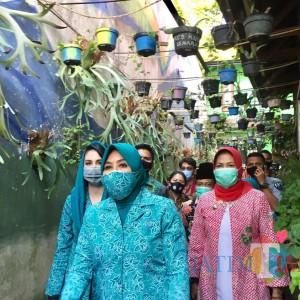 Istri Mendagri Bagikan Masker dan Sembako di Kampung Ekologi Batu