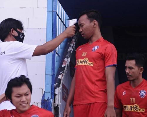 Pemain Arema FC yang diperiksa suhu tubuh sebelum melakukan latihan (official Arema FC)