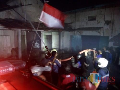 Petugas saat berupaya memadamkan kebakaran di Kabupaten Malang (Foto : Istimewa)
