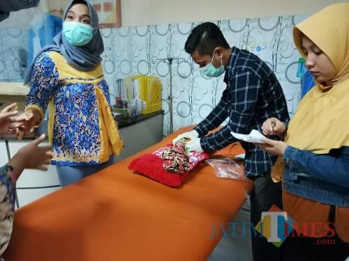 Muda-Mudi Pakai Nmax Buang Kardus Pagi-Pagi, Isinya Bayi Perempuan Berlumuran Darah