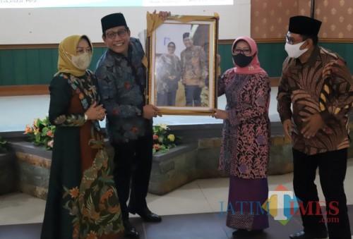 Bupati Jombang Mundjidah Wahab bersama Mendes-PDTT RI Abdul Halim Iskandar (Foto: Dokumentasi Bagian Humas dan Protokol Setdakab Jombang)