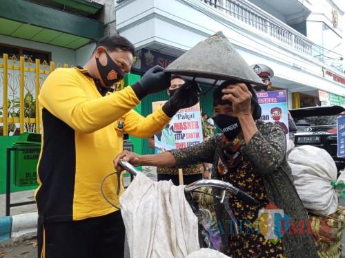 Jatim Bermasker, Polres Tulungagung Rajin Bagi Masker