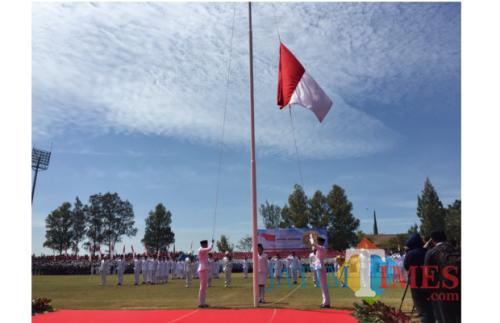 Pengibaran bendera oleh tim paskibra di Stadion Brantas Kota Batu sebelum  Pandemi. (Foto: Irsya Richa/MalangTIMES)