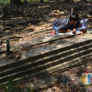 Demi Sekolah Daring, Siswa SD di Jombang Ini Belajar di Makam